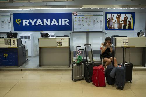 Cestujúci čakajú na letisku