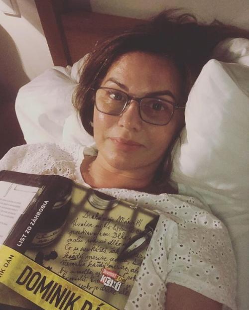 Monika Beňová v posteli