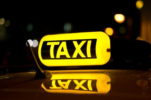 Taxikár zbadal na chodníku