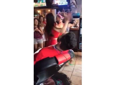 VIDEO Neprovokujte túto barmanku!