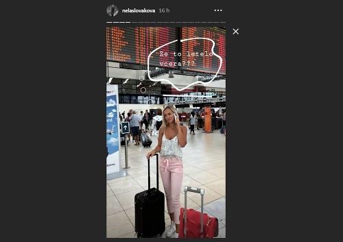 Nela Slováková na letisku.