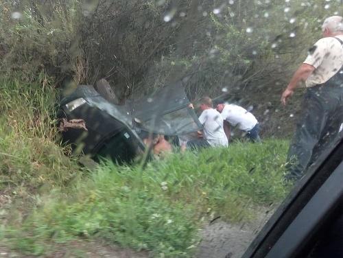 Auto skončilo mimo vozovky.