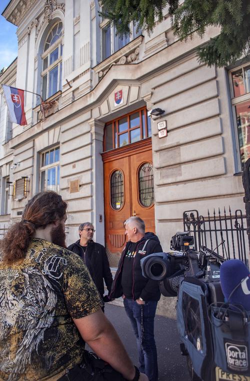 Na snímke novinári pred