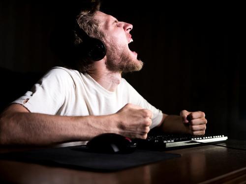 Nahnevaný muž za počítačom