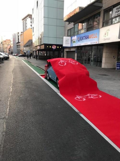 Vodič zaparkoval na cyklochodníku