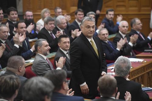 Maďarský parlament na čele