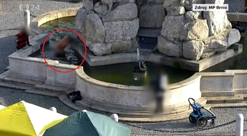 Nahý muž vo fontáne