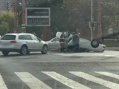 Auto skončilo prevrátené na