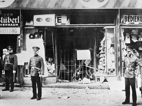 Zničený židovský obchod po