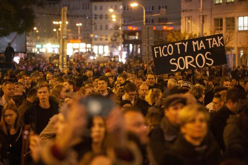 Účastníci počas protestného zhromaždenia