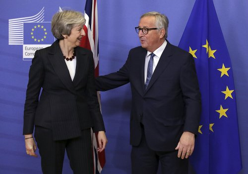 Theresa Mayová a Jean-Claude