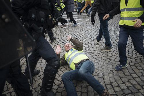 Polícia používa slzotvorný plyn