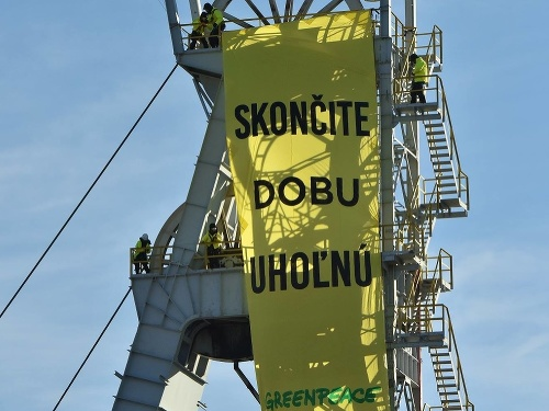 Aktivisti Greenpeace vyliezli na