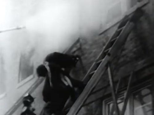 Hasič vynáša z budovy