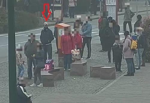 Polícia hľadá muža na FOTO  V Prešove ukradol kabelku z obchodu ... 56c446f1353