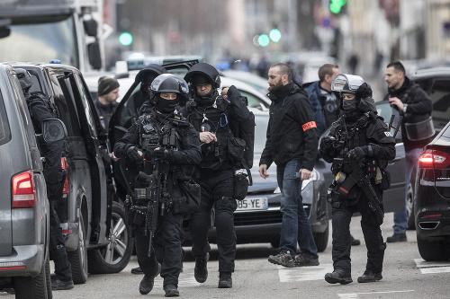 Niekoľko desiatok francúzskych policajtov