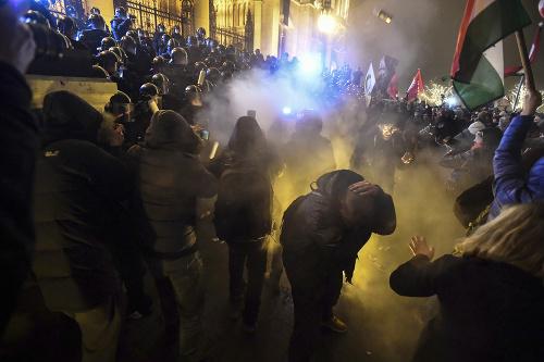 Polícia použila na demoštrantov