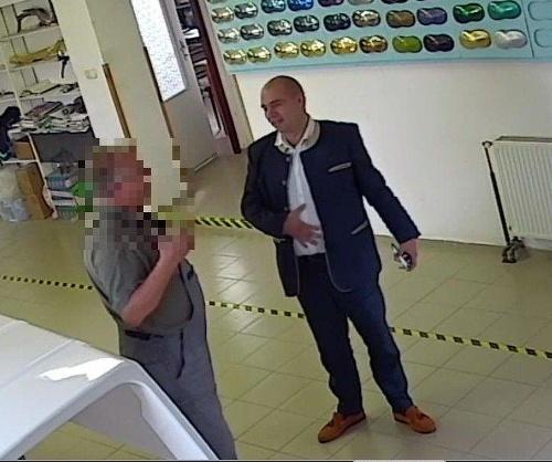 32951a0dd Z firmy zmizli peniaze, policajti hľadajú podozrivých mužov na FOTO ...