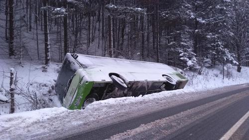 Autobus skončil mimo vozovky
