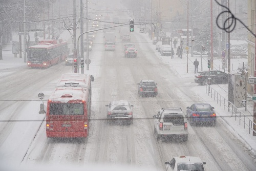 V Bratislave husto sneží