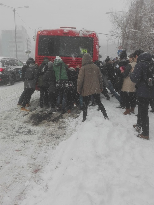 Cestujúci v Bratislave roztláčali