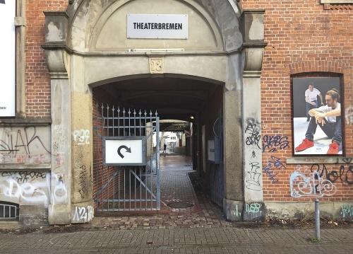 Vchod do divadla, kde
