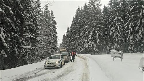 Sneženie a poľadovica komplikujú