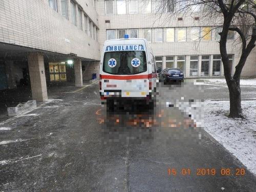 Vodič sanitky zrazil chodkyňu