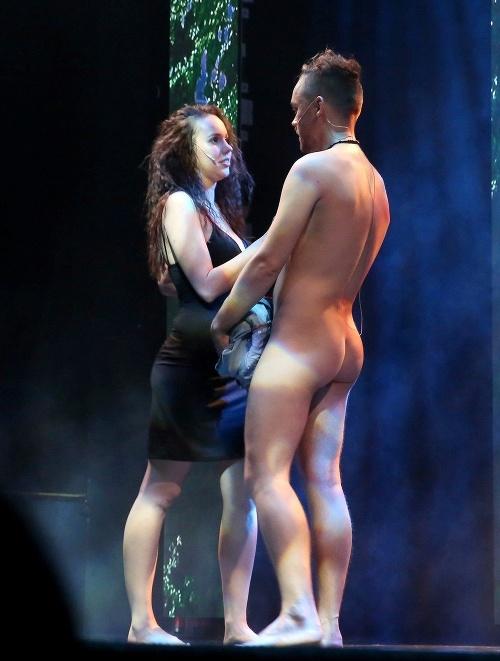 Úplne nahý na javisku:
