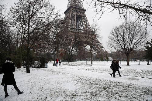 Ľudia kráčajú okolo Eiffelovej