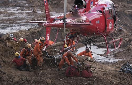 Záchranári sa snažia stále