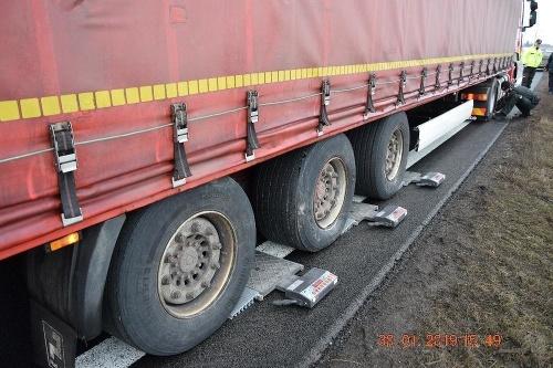 Vodič kamiónu nafúkal pol