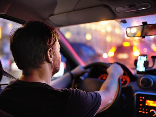 Taxikár viezol starších manželov: