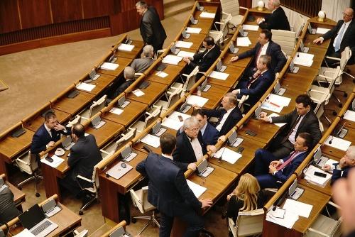 Poslanci hlasujú o kandidátoch