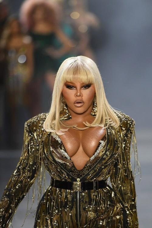 Lil' Kim počas módnej šou vyvetrala prsia.