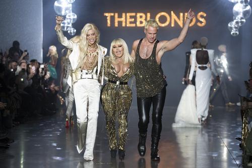 Lil' Kim bola hviezdou módnej šou návrhárskej dvojice The Blonds.