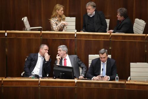 MIMORIADNY ONLINE Parlament opäť