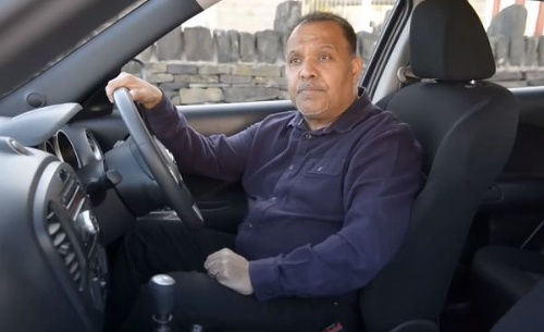 Inštruktor autoškoly počas jazdy