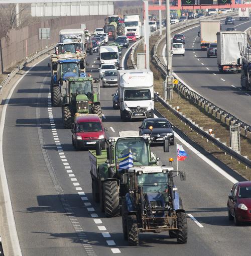 Na snímke traktory protestujúcich