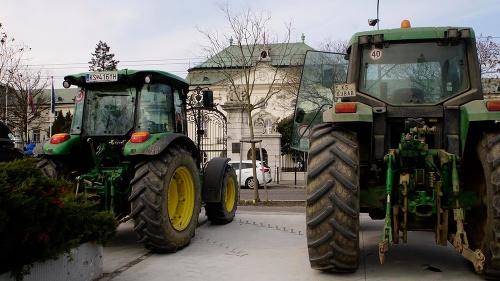Protesty nespokojných farmárov pred