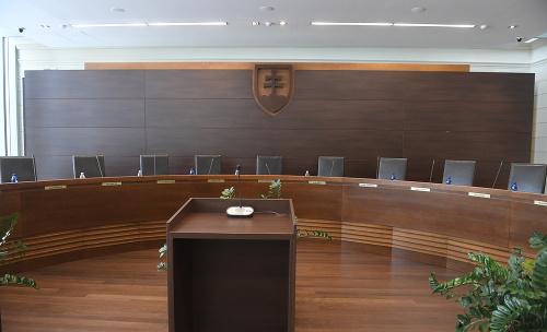 Na snímke pojednávacia miestnosť