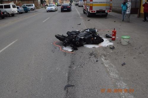 ae2ef99bc FOTO Vrcholná drzosť mladíka (17): V Tornali zrazil motorkára, a to ...