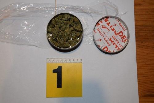 Polícia obvinila z drogovej