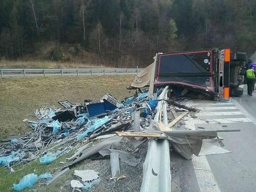 Kamión sa prevrátil pri