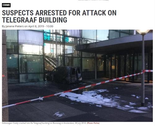 Auto vpálilo do budovy,