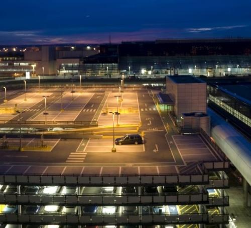 Ľudia zaparkovali na letisku