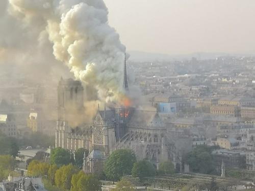Svetoznámu katedrálu Notre-Dame zasiahol