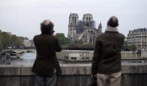 Skaza symbolu Francúzska: Prvé