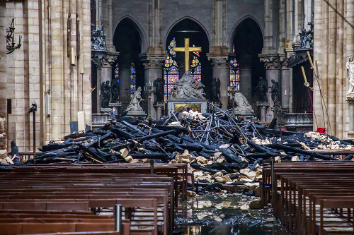 Spálené vnútro slávnej katedrály.