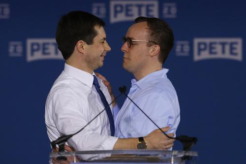 Pete Buttigieg (vľavo) a